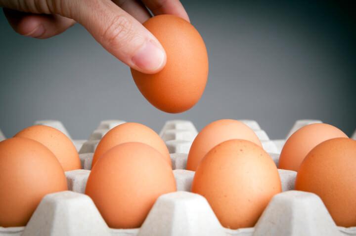 Как правильно выбирать и хранить куриные яйца