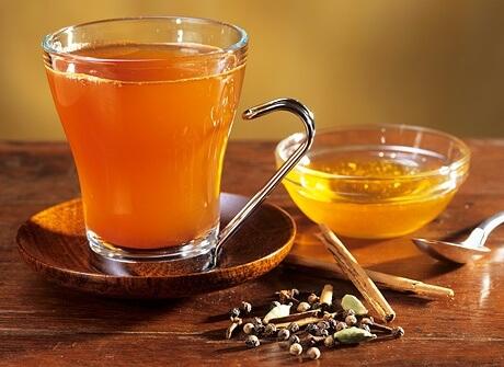 Сбитень — что это, какие существуют рецепты приготовления в домашних условиях, как применять и хранить медовый напиток?