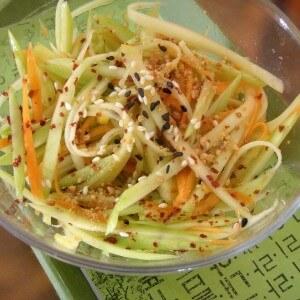 Витаминный салат из яблок и пастернака