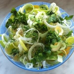 Салат из лука-порея и овощей