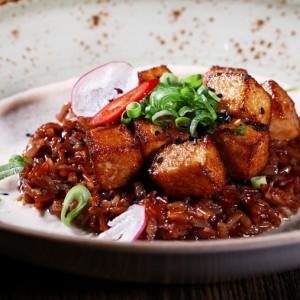 Хрустящий тофу с красным рисом