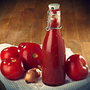 Кетчуп в стеклянной бутылке