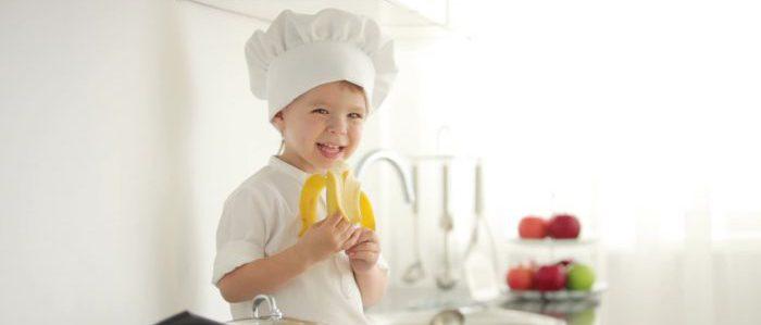 Ребенок кушает банан