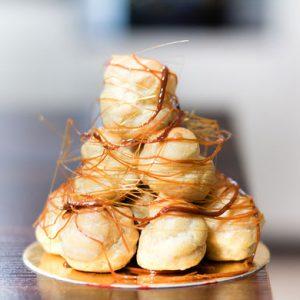 Французский десерт крокембуш