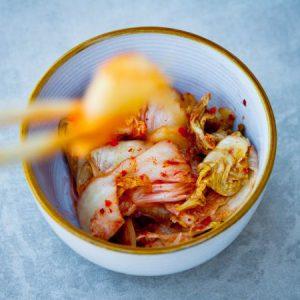 Блюдо с соусом кимчи