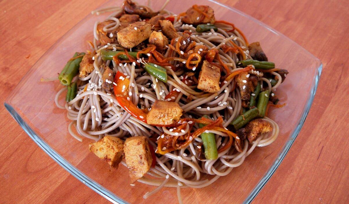 Гречневая лапша с овощами и курицей рецепт с фото пошагово