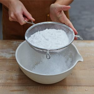 Просеивание сахарной пудры