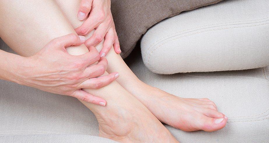 Почему отекают ноги. Отек голени или щиколотки
