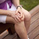 Почему осенью болят суставы